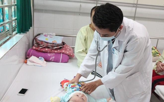 Nhiễm khuẩn EV71: 10 bệnh nhi mắc chân tay miệng ở Hà Nội biến chứng nặng