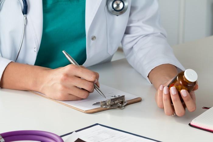 Quy định có như không: Bác sĩ khám bệnh, kê đơn, Dược sĩ bán thuốc theo toa