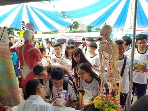 Nhiều sinh viên tham gia hỏi đáp tuyển sinh Cao đẳng Y Dược tại ngày hội tuyển sinh