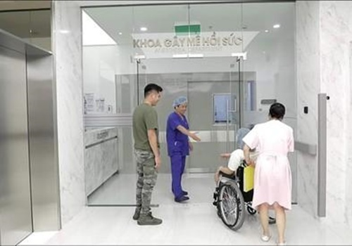 Bác sĩ bắt tay bệnh nhân trước khi vào phòng mổ khiến dân mạng trầm trồ