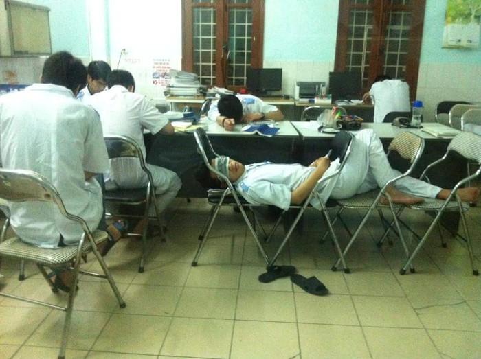 Châm ngôn của người học Y: Ăn tranh thủ, ngủ khẩn trương, Ế bình thường!