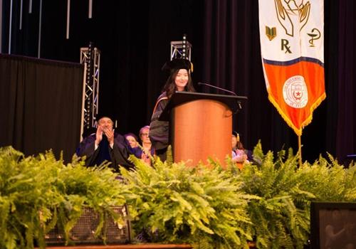 Nguyễn Thị Hồng Ngọc vinh dự đọc phát biểu trong buổi lễ tốt nghiệp của trường