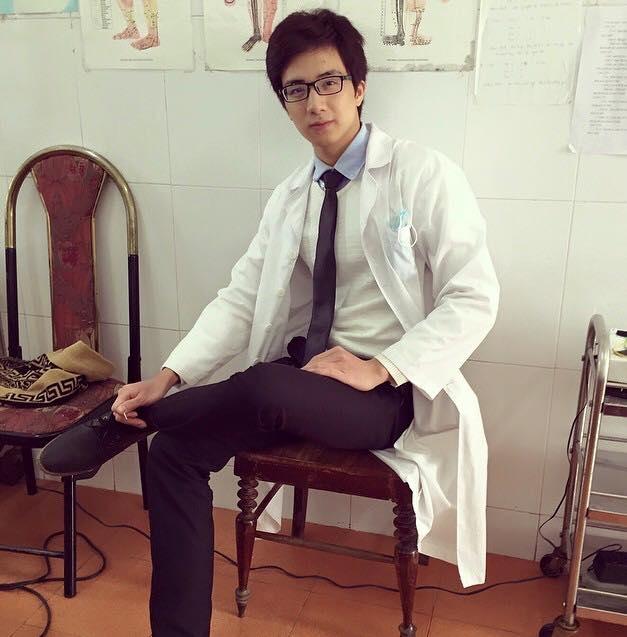 sx-chang-bac-si-dien-trai-gay-sot-cong-dong-mang_32322628