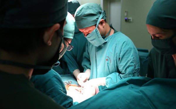 Bệnh nhân tử vong nghi do bác sĩ để quên cây kim phẫu thuật trong cơ thể