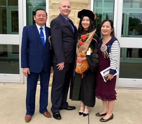 Khoảng khắc vui vẻ bên bạn bè và gia đình trong ngày tốt nghiệp của Hồng Ngọc