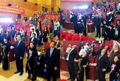 Bộ trưởng Tiến cùng khách mời tập thể dục giữa cuộc họp sáng 20/2