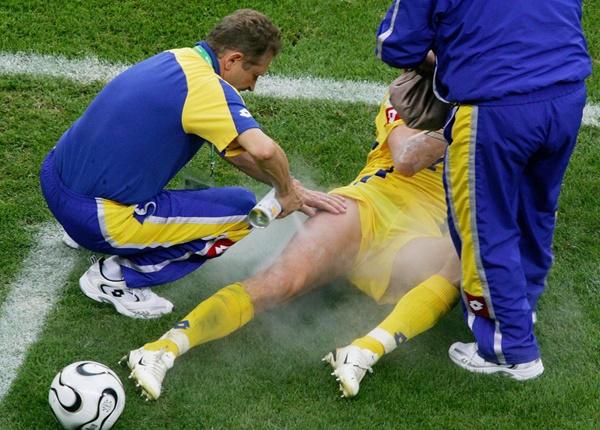 Điều Dưỡng viên giải mã bí ẩn về bình xịt giảm đau thần kỳ trong bóng đá