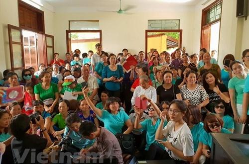 Xúc động: Phòng xét xử tràn ngập màu áo xanh ủng hộ bác sĩ Lương!