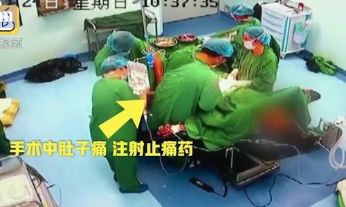 Bác sĩ được đồng nghiệp tiêm thuốc khi đang trong phòng phẫu thuật