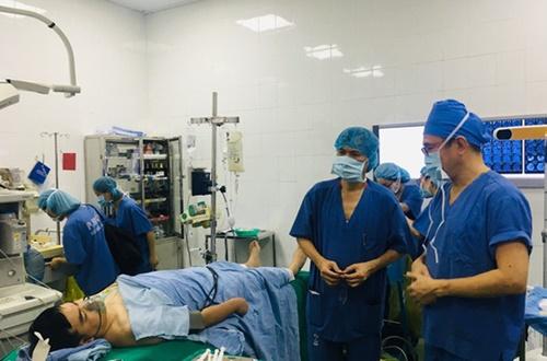 Bệnh nhân vừa hát Quốc ca vừa được bác sĩ mổ não
