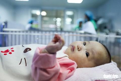 Bà ngoại đã đến đón bé gái bị bỏ rơi 4 tháng ở  BV Phụ sản Trung ương