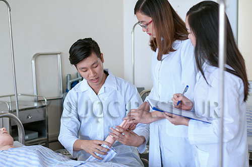 Thí sinh cần có bằng Cao đẳng Điều dưỡng trở lên thì mới đủ điều kiện làm việc tại Nhật Bản