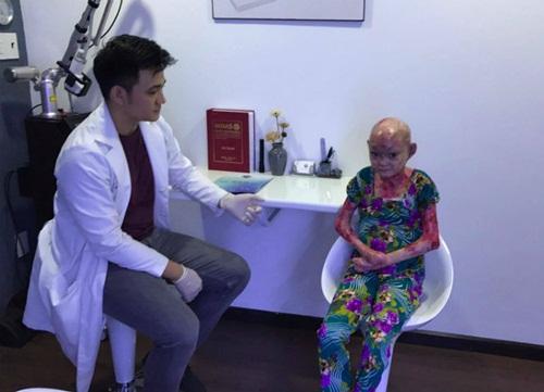 Bác sĩ đang thăm khám cho thiếu nữ mắc bệnh ly thượng bì bóng nước bẩm sinh
