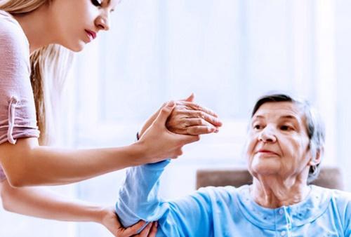 Hướng dẫn chi tiết các bước xử trí tại nhà khi người thân bị đột quỵ