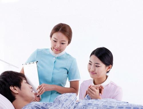 Điều dưỡng viên chăm sóc người bệnh