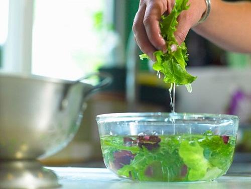 Thói quen ngâm rau trong nước muối có hại cho sức khỏe?