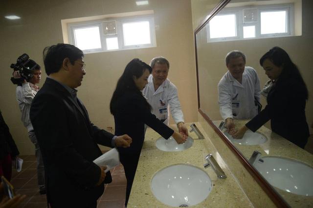 """Bộ trưởng Bộ Y tế nhấn mạnh: Gần 19% BV có nhà vệ sinh """"bốc mùi"""""""