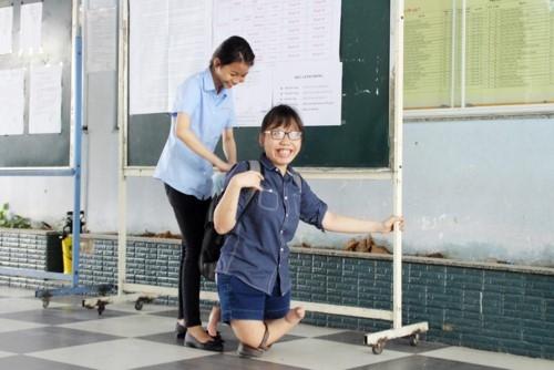 Nữ sinh có đôi chân khuyết tật ở phòng thi đặc biệt trong kỳ thi năm 2018