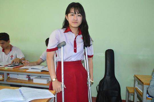 Vì bác sĩ tắc trách khiến nữ sinh 1 chân phải thi THPT Quốc 2018 với 1 chân