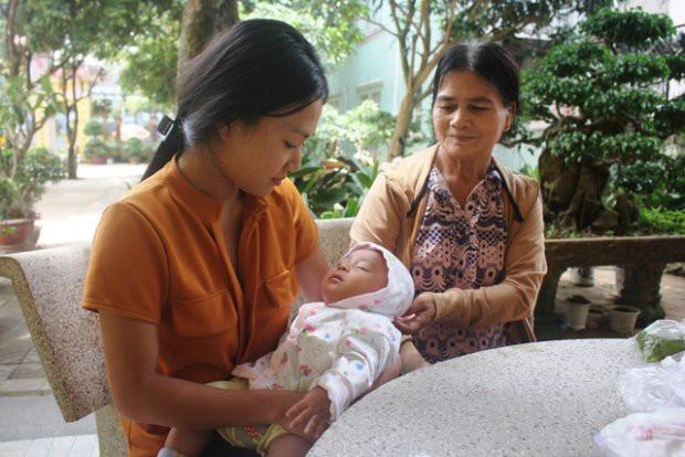 Thí sinh mang con 3 tháng tuổi đến trường thi THPT Quốc gia năm nay