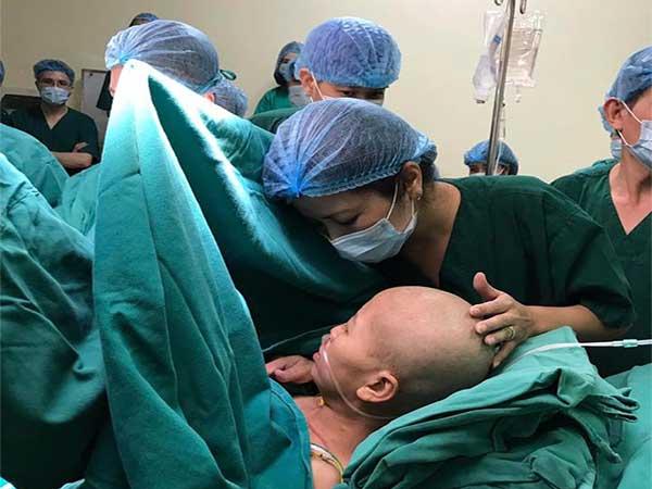 Cảm động nỗ lực giữ con của bà mẹ mang trong mình căn bệnh ung thư vú giai đoạn cuối