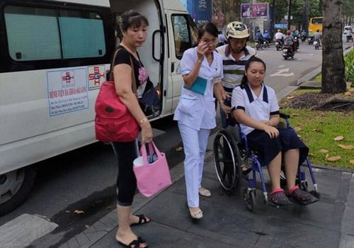 Xe cấp cứu, y bác sĩ Bệnh viện ĐK Sài Gòn hộ tống nữ sinh đi thi