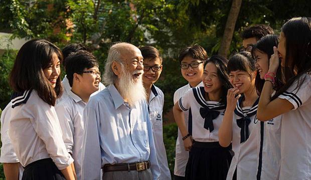 Thầy Văn Như Cương bên học trò