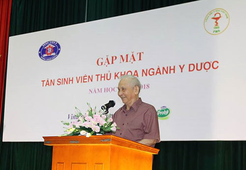 GS.TS. Nguyễn Khánh Trạch khuyên tân sinh viên cố gắng học tập để theo đuổi ngành nghề đã chọn.