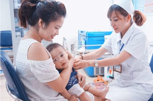 Thêm 30 trẻ sốt cao nhập viện sau khi tiêm vắc xin 5in 1 mới