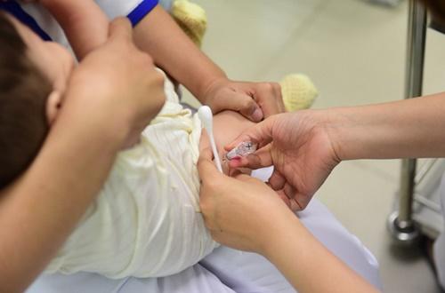Nhiều trẻ gặp tai biến: Bộ Y tế có ngưng tiêm chủng loại vắc xin 5in1?