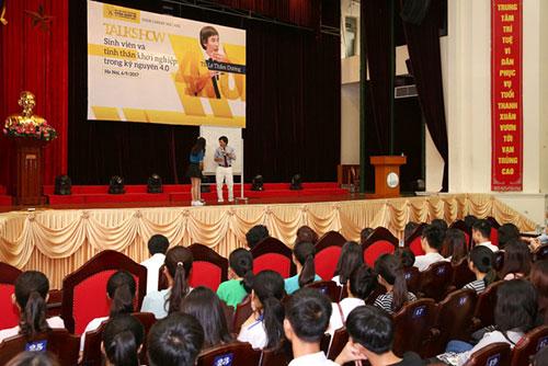 TS Lê Thẩm Dương hướng dẫn sinh viên cách để sinh tồn trong thời đại 4.0