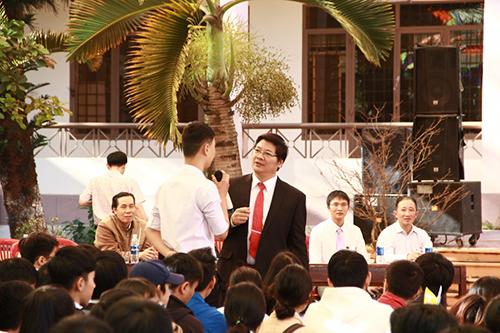 TS Trần Đình Lý - Trưởng Phòng Đào tạo Trường ĐH Nông Lâm TP HCM giao lưu với học sinh. Ảnh: Trang Anh