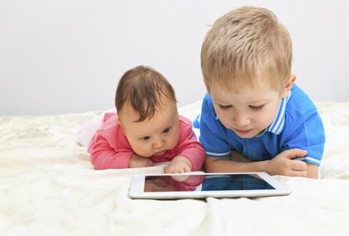 Chuyên gia y tế hướng dẫn phụ huynh cách cho trẻ sử dụng điện thoại an toàn