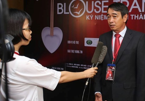 Bác sĩ Huỳnh Thanh Hiển trả lời báo chí về đêm nhạc từ thiện. Ảnh: NVCC.