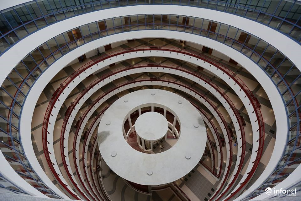 Tòa nhà được thiết kế theo kiến trúc cổ của Pháp nhưng vẫn toát lên sự sang trọng với sắc trắng và đỏ