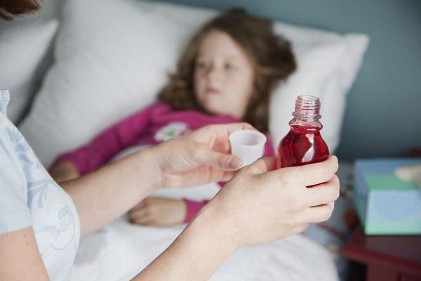 Dược sĩ Pasteur hướng dẫn sử dụng dụng cụ đo thuốc dạng lỏng