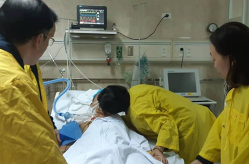 Vợ nghẹn ngào hôn vĩnh biệt trước khi hiến 6 tạng của chồng
