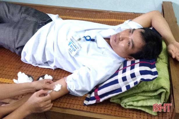 Bác sĩ Bệnh viện đa khoa huyện Cẩm Xuyên hiến máu AB cứu sống sản phụ