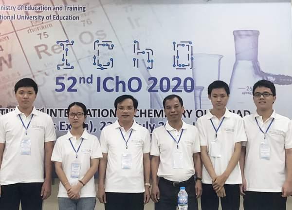 Bốn thí sinh dự thi Olympic Hóa học quốc tế năm 2020 chụp ảnh với lãnh đạo Bộ Giáo dục và Đào tạo. Ảnh: MOET.