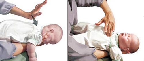 Điều dưỡng viên hướng dẫn cách sơ cứu trẻ bị hóc